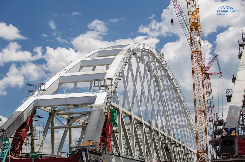 Завершена сборка автодорожной арки Крымского моста
