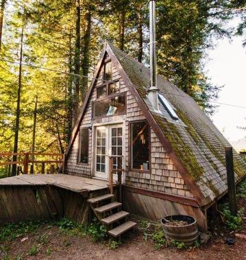 На первый взгляд этот домик похож на старую заброшенную крышу посреди леса. Но, не спешите с выводами!