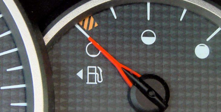 Почему на одних машинах лючок бензобака находится слева, а на других — справа?