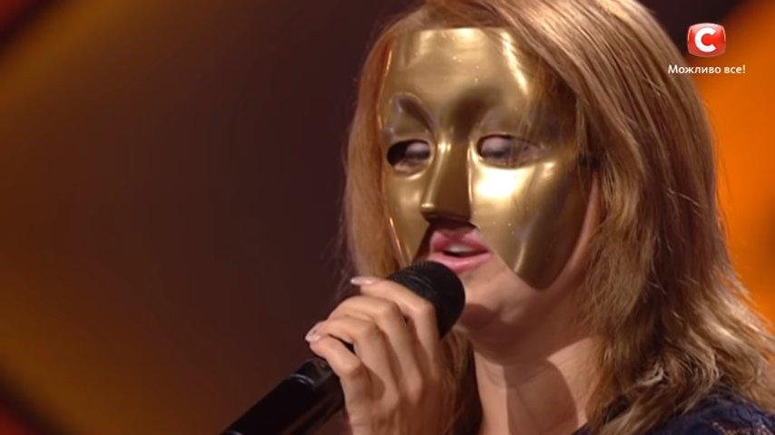 Девушка пришла на Х-Фактор в маске, скрывая его из-за деформаций