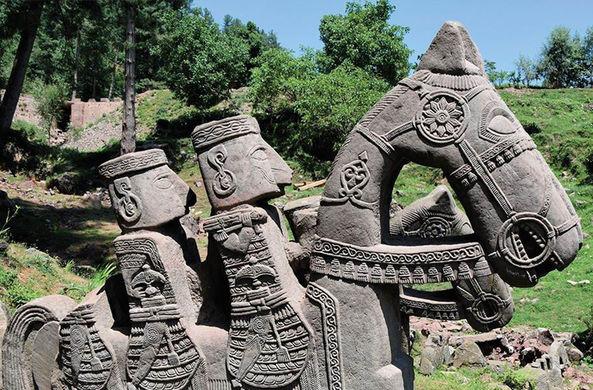 Российские ученые нашли в Гималаях загадочные фигуры «многоместных» лошадей