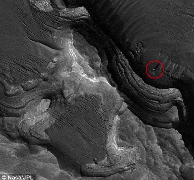 На фото с Марса обнаружили белый монолит как на спутнике Марса - Фобосе