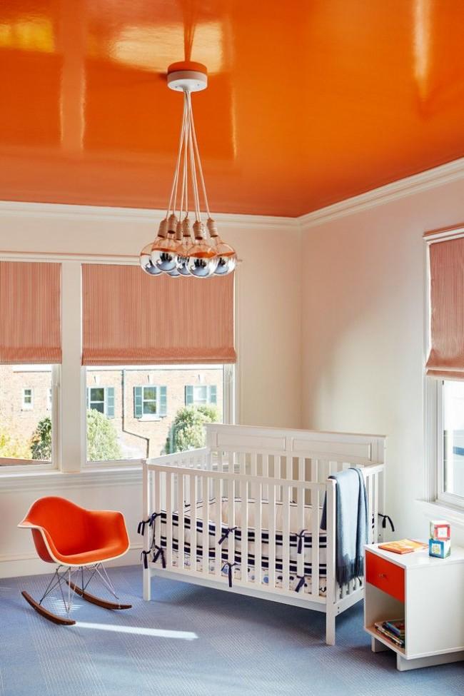 Детская комната с глянцевым оранжевым потолком