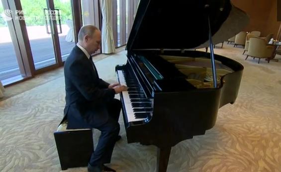 """Путин сыграл на рояле """"Город над вольной Невой"""" и """"Московские окна"""" в Китае"""