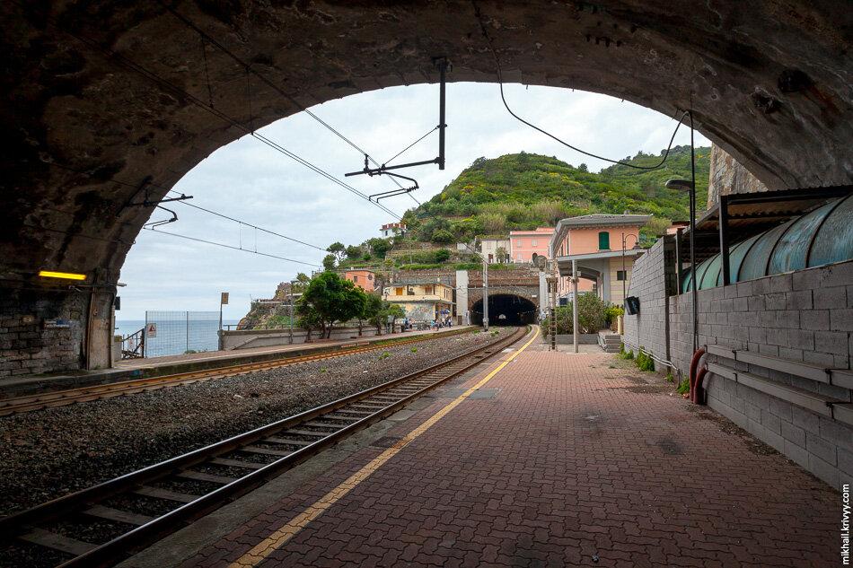 2. Мы решили идти с юга на север и прибыли на станцию Риомаджоре (Riomaggiore). Станции в четырех из пяти городов выглядят примерно так.