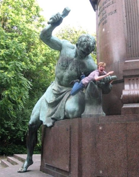 Прикольные фотографии с памятниками (28 фото)