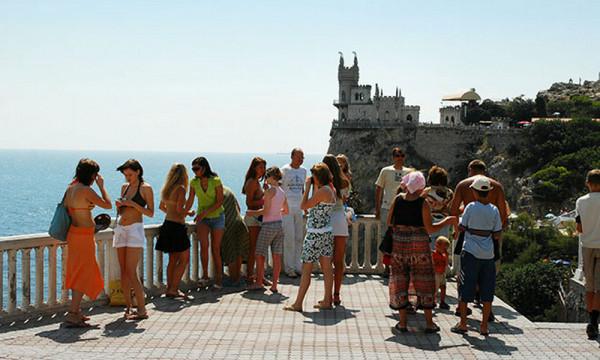 Число туристов в Крыму вырос…