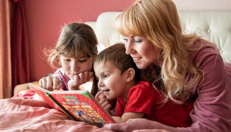 мама читает с детьми