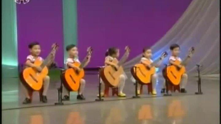 Корейские  дети играют на ги…