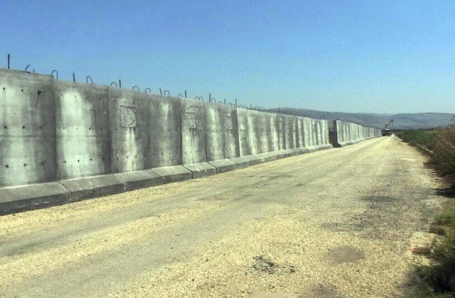 Турция достроила бетонную стену на границе с Сирией и Ираком