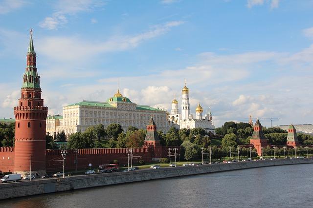 Путин поручил открыть башни Кремля