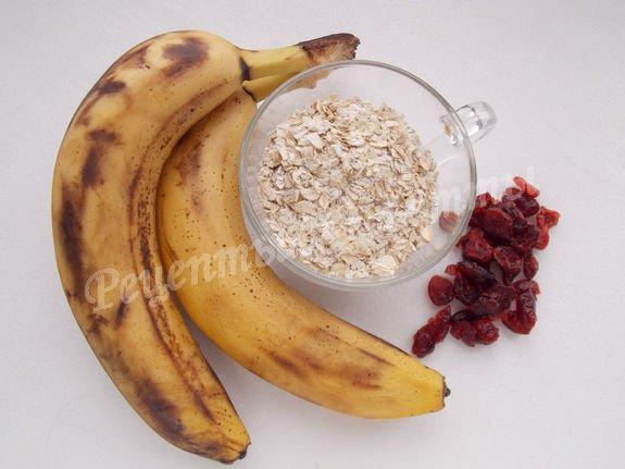 ингредиенты для бананово-овсяного печенья с клюквой