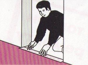 Закрепляем плинтус и пороги в дверях