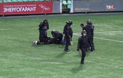 Футбольные фанаты устроили массовую драку во Владимире. Видео