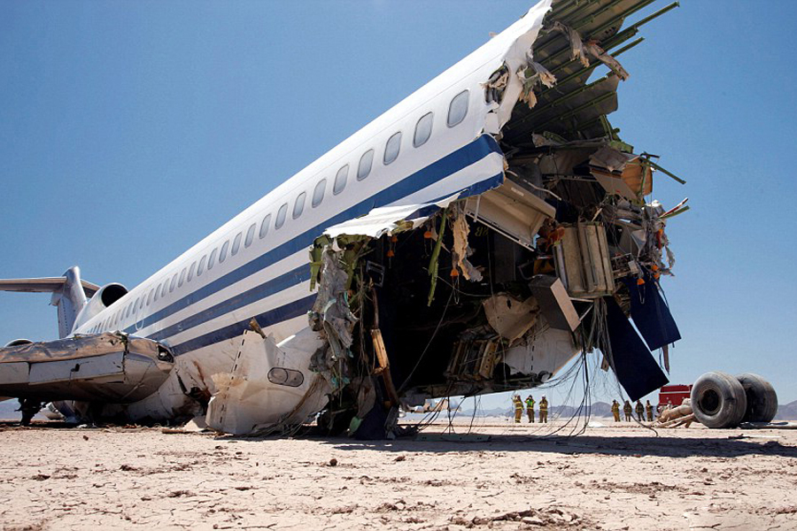 Нереальное видео краш-теста пассажирского самолета в пустыне
