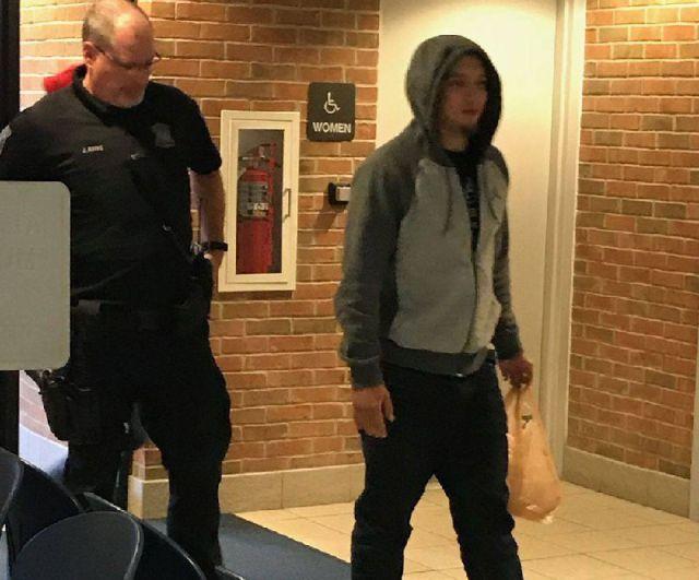 В США разыскиваемый преступник поспорил с полицейским и сдался, проиграв спор