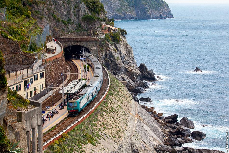 12. Станция Манарола находится немного в стороне от города.