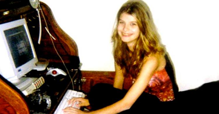 Играми Алисия не увлеклась, но знакомиться с новыми ребятами онлайн юной девушке очень нравилось...