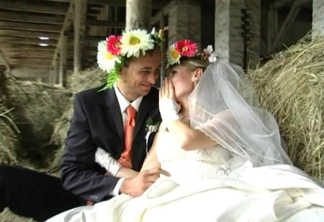 Первая брачная ночь на сеновале подмосковного коровника.