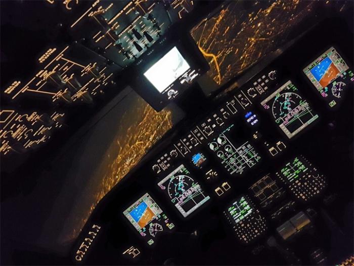 Ночной заход на посадку в Варшавском аэропорту имени Фредерика Шопена после полета из Женевы, Швейцария.