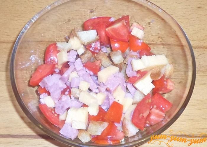 Салат из помидор колбасы сыра сухариков
