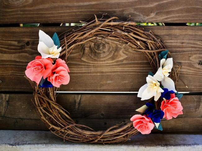 Стильное украшение - венок из веток, украшенный цветами ручной работы