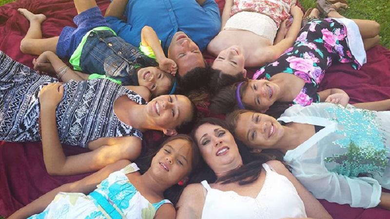 Американка удочерила четырех дочерей своей подруги после ее гибели от рака мозга