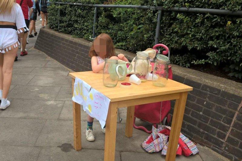 В Лондоне оштрафовали маленькую девочку за торговлю лимонадом