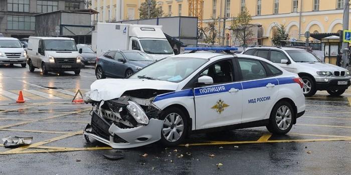 В Москве полицейский на служебной машине насмерть сбил мотоциклиста
