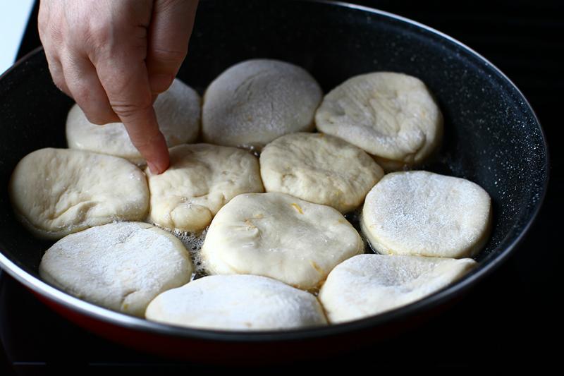 лепешки в сковороде