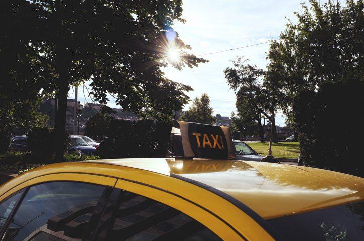 На работе сильно отравилась, пришлось вызывать такси до дома…