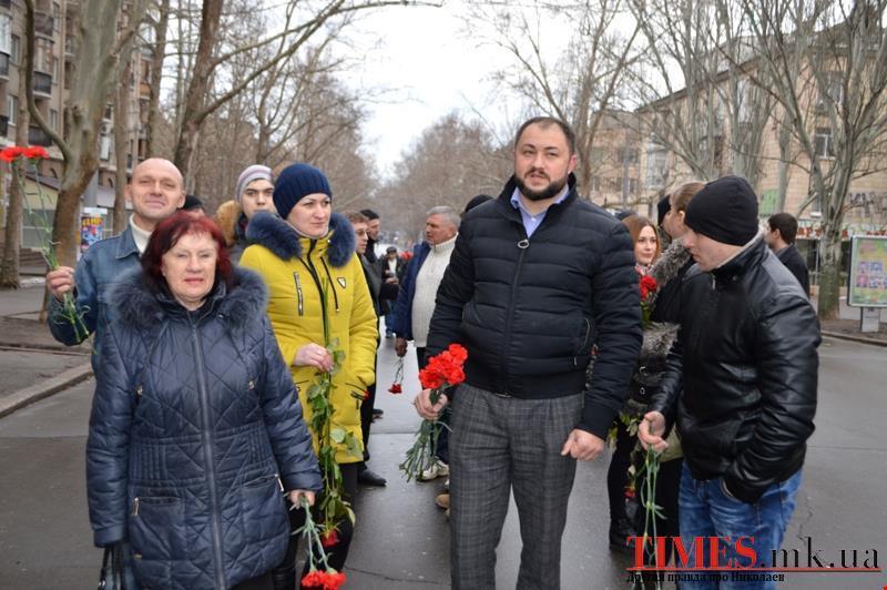 Украинский нацист, топтавшийся по цветам на памятнике героям Великой Отечественной, получил отпор в Николаеве