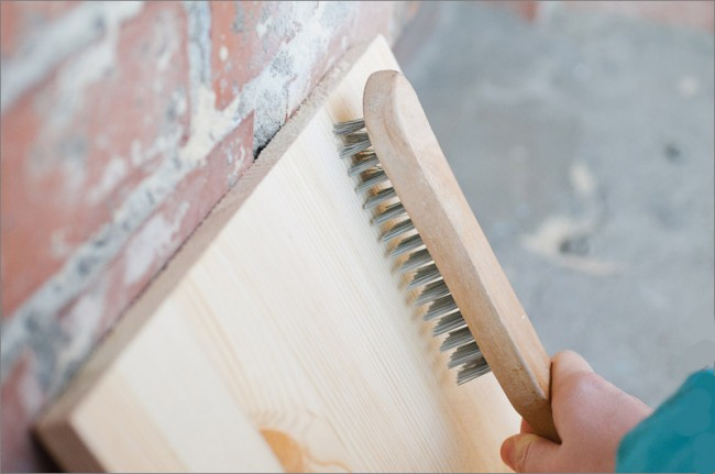 Обработка древесины ручной металлической щеткой