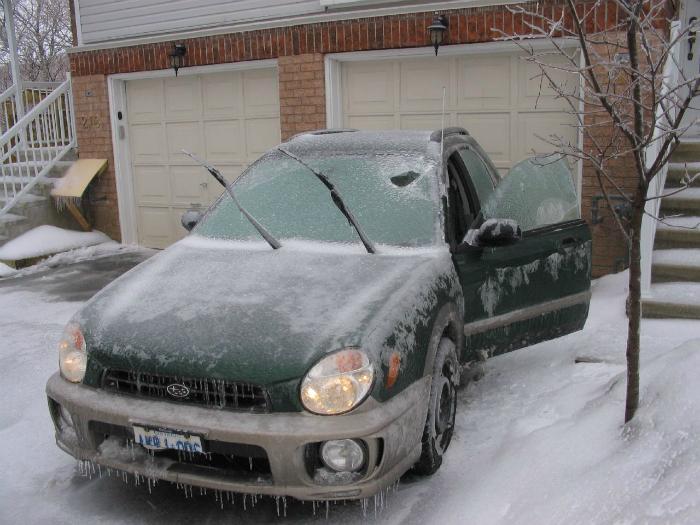 Протрите уплотнитель тканью, смоченной маслом, чтобы двери автомобиля не примерзали в холодное время года.