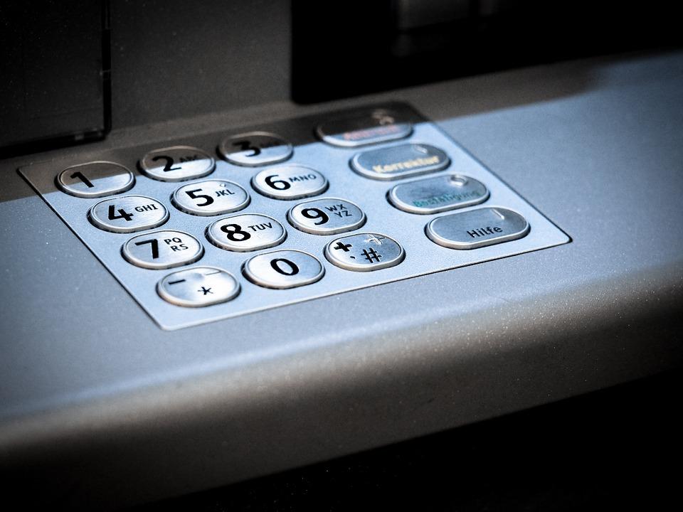 Безработная китаянка от злости сломала 22 банкомата