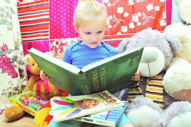 Читать сказки полезно всей семьёй.