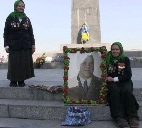 Две сестры встали в Киеве с портретом Жукова, отстояв его у бандеровцев