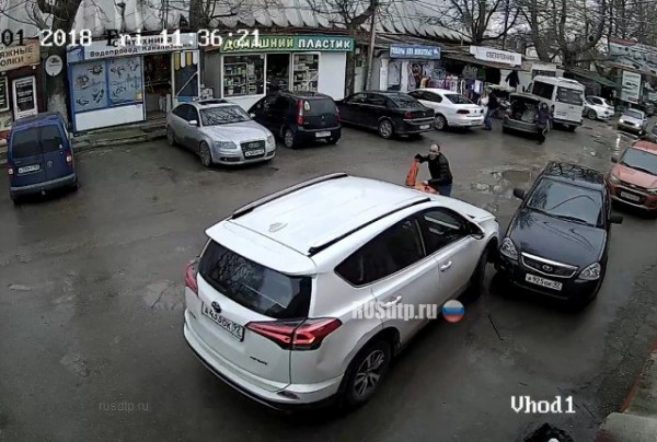 В Севастополе Toyota RAV4 разбила 4 автомобиля (ВИДЕО)