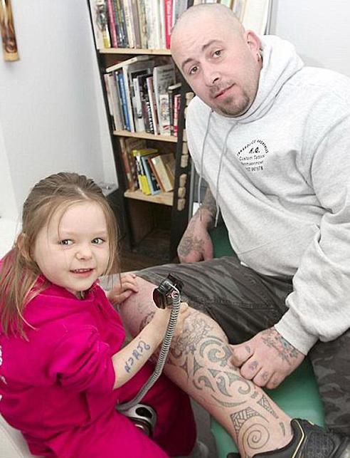 Трехлетняя девочка поражает своим умением делать оригинальные тату