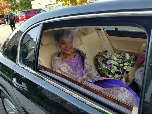 86-летняя невеста вышла замуж в потрясающем платье собственного дизайна (5 фото)