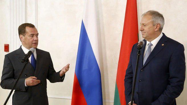 Медведев показал белорусам яйца