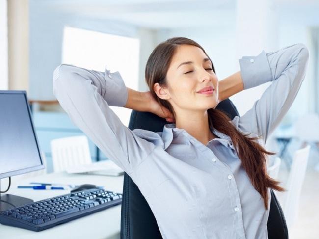 девушка отдыхает в офисе
