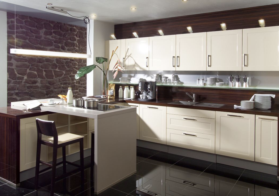 Правильный фон пола и потолка Для кухни в бежевом цвете потолок можно выполнить в более светлых оттенках, а пол желательно подобрать в ярких тонах либо натуральных красках  Фото темного пола, выполненного в натуральных оттенках камня