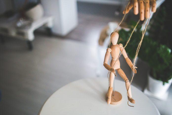 Мужчина-манипулятор: признаки, которые помогут женщине распознать его