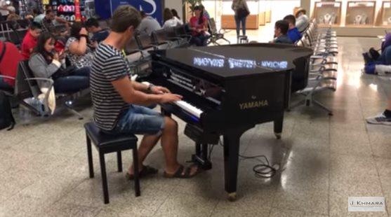Он увидел пианино в аэропорт…
