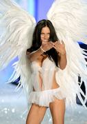 Модный показ «Victoria's Secret» в Нью-Йорке: Адриана Лима на подиуме