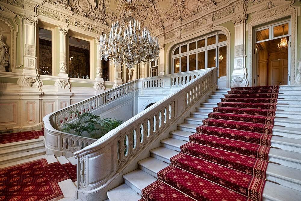 Гостей встречает парадная лестница. Уже поней видно, какими роскошными окажутся интерьеры дворца. : marcobrivio.photo / Shutterstock