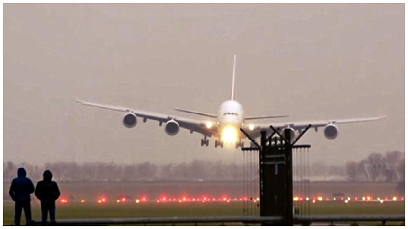 В интернет выложили видео посадки двух самолетов при сильном ветре в Амстердаме