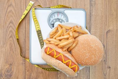 Диетологи выяснили, почему люди склонны к перееданию