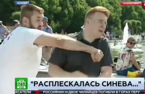 «Расплескалась синева...»: корреспондента НТВ побили в прямом эфире на день ВДВ